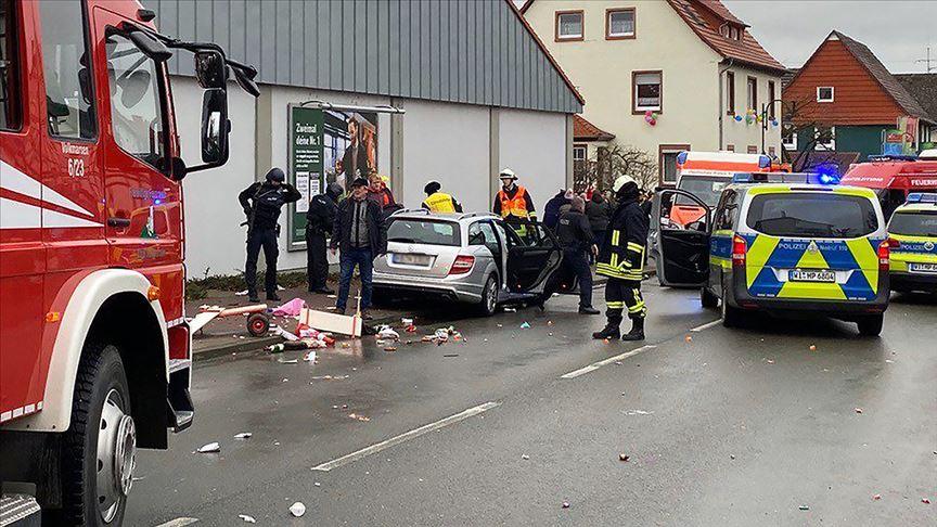 Almanya'da araç kalabalığa daldı