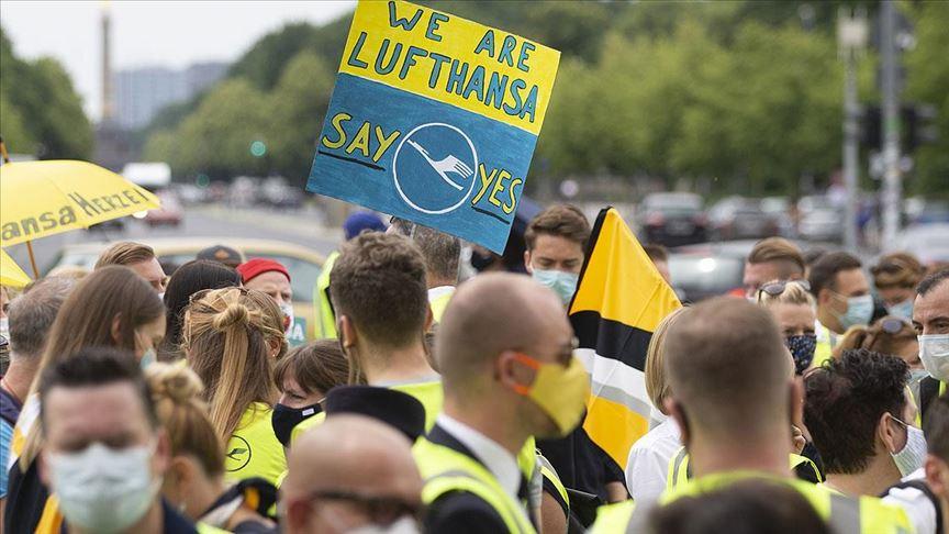 Lufthansa çalışanları sokakta