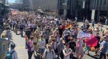 Kovid-19 kısıtlamalarına protesto
