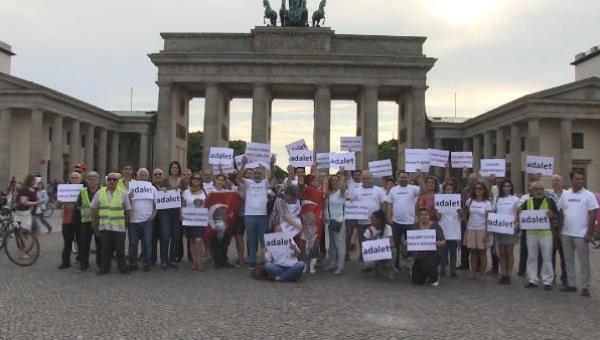 """CHP'liler, Berlin'de """"adalet"""" mitingi düzenledi"""