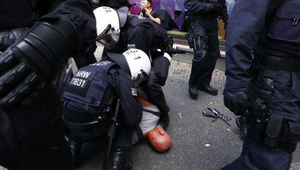 Polis ile göstericiler arbedesi