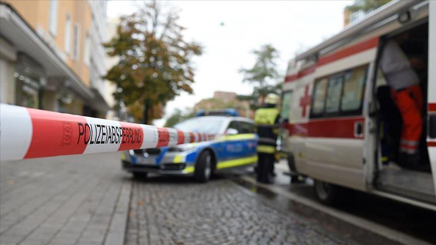 Almanya'da sinagog önünde silahlı