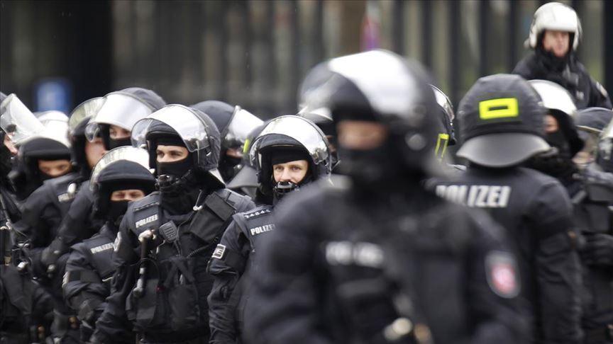 Almanya'da 4 polis tutuklandı