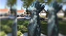 Türk genci için dikilen anıta saldırı