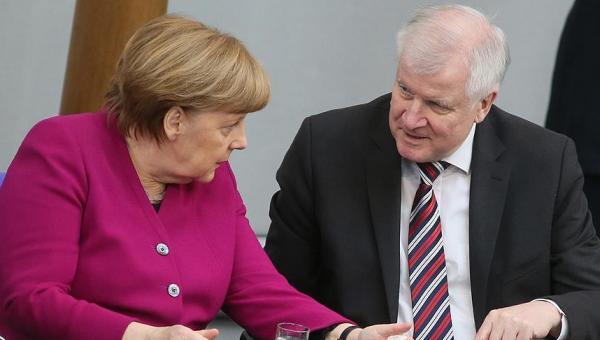 Alman hükümeti çatırdıyor