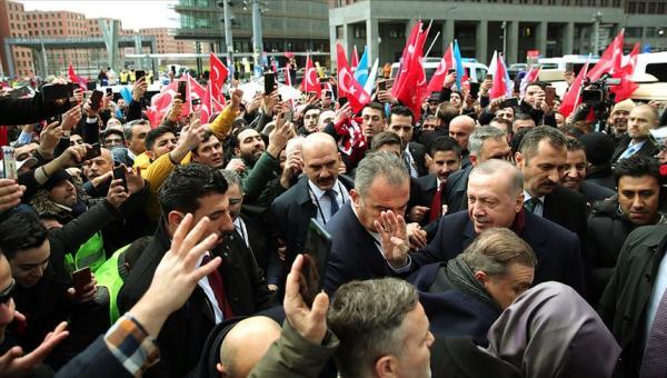 Erdoğan'a Berlin'de Türklerin sevgi gösterileri