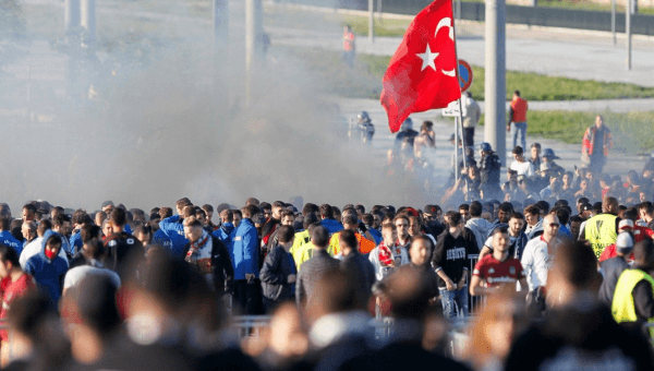 Fransız polisi Beşiktaş taraftarına gazla müdahale etti