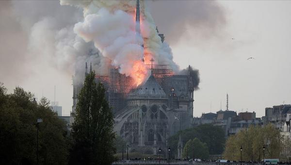 Notre Dame Katedrali'nde yanıyor