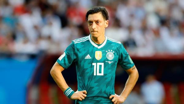 Fatura Mesut Özil'e