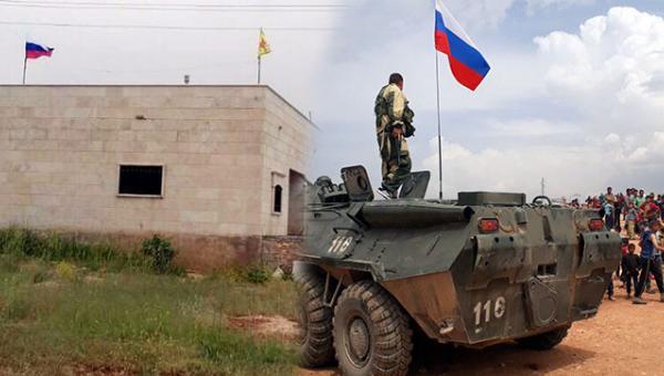 Afrin'de, Rusya ve YPG bayrağı yan yana