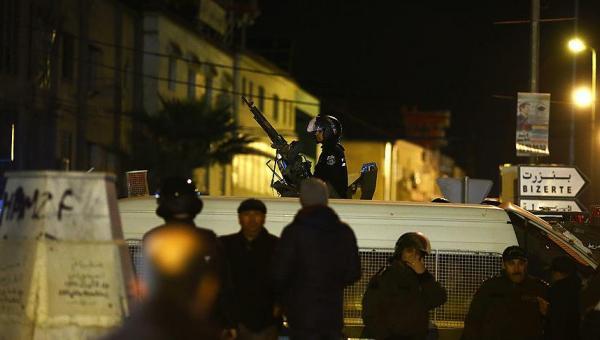 Tunus'ta bütçe tartışmalarıyla başlayıp ordunun sokağa inmesiyle sonuçlanan gösteriler